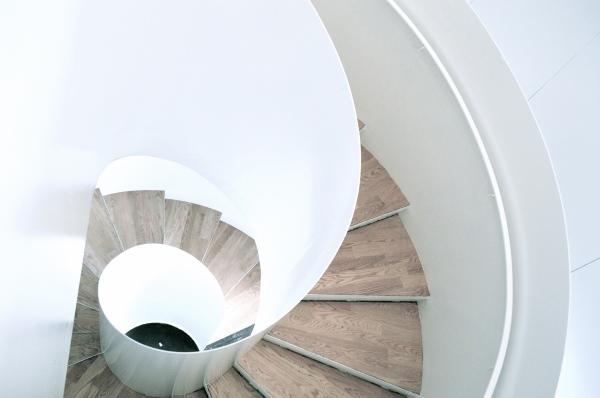 L'escalier emblématique de la bibliothèque Saul-Bellow, dans l'arrondissement de Lachine (Montréal), conçue par Chevalier Morales.